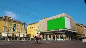 Πλατεία της πόλης με τη διαφήμιση των πινάκων διαφημίσεων, ένας από τους οποίους στην πράσινη οθόνη απόθεμα βίντεο