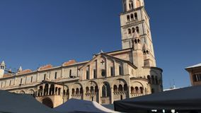 Πλατεία Grande, καθολικοί εκκλησία καθεδρικών ναών Duomo και πύργος κουδουνιών Ghirlandina κατά τη διάρκεια της ημέρας του προστά φιλμ μικρού μήκους