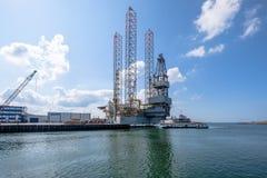 Πλατφόρμα άντλησης πετρελαίου για τη συντήρηση στο θαλάσσιο λιμένα IJmuiden στοκ εικόνες