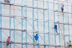 Πλατφόρμα για την κατασκευή με το εργατικό δυναμικό Στοκ φωτογραφία με δικαίωμα ελεύθερης χρήσης
