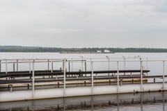 Πλατφόρμα μετάλλων για την πρόσδεση των βαρκών και της μεγάλης φορτηγίδας στον ποταμό του Βόλγα στοκ φωτογραφίες με δικαίωμα ελεύθερης χρήσης