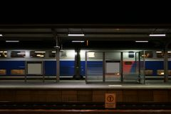 Πλατφόρμα με τη διάβαση του τραίνου Στοκ εικόνα με δικαίωμα ελεύθερης χρήσης