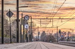 Πλατφόρμα σιδηροδρόμου στο ηλιοβασίλεμα στοκ φωτογραφίες με δικαίωμα ελεύθερης χρήσης