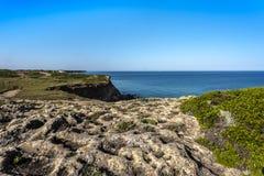 Πλαϊνή διαδρομή πρόκλησης κατά μήκος των απότομων απότομων βράχων της χερσονήσου Sinis κοντά Oristano, Σαρδηνία, Ιταλία στοκ φωτογραφία με δικαίωμα ελεύθερης χρήσης