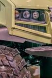 Πλαϊνό αυτοκίνητο έννοιας με τις μεγάλες ρόδες Στοκ εικόνες με δικαίωμα ελεύθερης χρήσης
