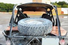 Πλαϊνό αυτοκίνητο στα αυτοκίνητα εστίασης και θαμπάδων στην πλάτη στοκ εικόνα με δικαίωμα ελεύθερης χρήσης