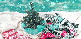 Πλεκτά γάντια χριστουγεννιάτικων δέντρων σύνθεσης Χριστουγέννων εμβλημάτων διακοσμητικά και ένα μαντίλι Στοκ Φωτογραφίες