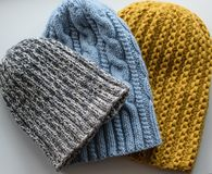 Πλεκτά καπέλα ως δώρο για τα Χριστούγεννα Στοκ εικόνα με δικαίωμα ελεύθερης χρήσης