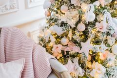Πλεκτά καρό και μαξιλάρια σε έναν καναπέ στο σπίτι σε μια Παραμονή Χριστουγέννων Εγχώριο cosiness στοκ φωτογραφία με δικαίωμα ελεύθερης χρήσης