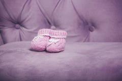 Πλεκτή ροζ κινηματογράφηση σε πρώτο πλάνο λειών μωρών που στέκεται στον καναπέ Στοκ φωτογραφίες με δικαίωμα ελεύθερης χρήσης