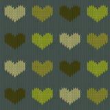 Πλεκτό μάλλινο άνευ ραφής σχέδιο με τις καρδιές στους πράσινους τόνους σε ένα κωνοφόρο πράσινο υπόβαθρο Στοκ φωτογραφίες με δικαίωμα ελεύθερης χρήσης
