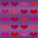 Πλεκτό μάλλινο άνευ ραφής σχέδιο με τις ρόδινες καρδιές σε ένα ιώδες υπόβαθρο Στοκ Φωτογραφία