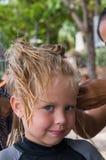 Πλεξούδες πλεξίματος μικρών κοριτσιών στοκ φωτογραφία με δικαίωμα ελεύθερης χρήσης