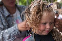 Πλεξούδες πλεξίματος μικρών κοριτσιών στοκ εικόνα