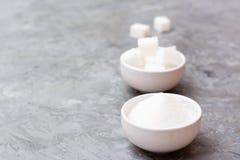 Πλεονεκτήματα έννοιας της κοκκοποιημένης ζάχαρης πέρα από την καθαρισμένη ζάχαρη στοκ φωτογραφίες