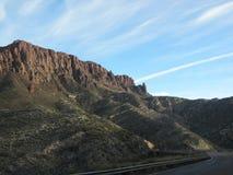 Πλευρά βουνών της Αριζόνα με μια εθνική οδό που περνά μέσω Στοκ φωτογραφία με δικαίωμα ελεύθερης χρήσης