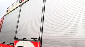 Πλευρά ενός κόκκινου πυροσβεστικού οχήματος απόθεμα βίντεο
