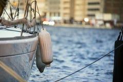 Πλευρά ενός yatch με τα κιγκλιδώματα Στοκ Εικόνες