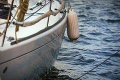 Πλευρά ενός yatch με τα κιγκλιδώματα Στοκ Φωτογραφίες