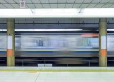 Πλευρά θαμπάδων κινήσεων του τραίνου υψηλής ταχύτητας στο μετρό Στοκ Εικόνες