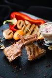 Πλευρά με τη σάλτσα και τη σαλάτα Στοκ Εικόνες