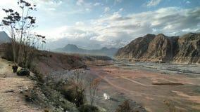 Πλευρά ποταμών με το έδαφος παιχνιδιού στοκ εικόνα με δικαίωμα ελεύθερης χρήσης