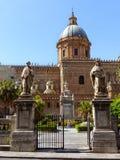Πλευρά του καθεδρικού ναού του Παλέρμου με δύο αγάλματα στα γάλατα μιας εισόδου στον εσωτερικό κήπο Παλέρμο, Ιταλία στοκ εικόνα