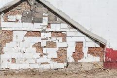 Πλευρά του νέου τοίχου προσόψεων κατοικημένου κτηρίου με την εναπομειναντίδα γραμμή παλαιάς γραμμής στεγών σπιτιών Στοκ Εικόνα