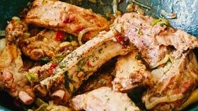 Πλευρά χοιρινού κρέατος με τα καρυκεύματα στο τηγανίζοντας τηγάνι φιλμ μικρού μήκους