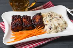 Πλευρά χοιρινού κρέατος με την αμερικανική σαλάτα, το καρότο και το σέλινο πατατών Πρόχειρο φαγητό μπύρας κορυφαία όψη Αντίγραφο- Στοκ Φωτογραφίες