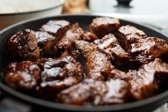 Πλευρά χοιρινού κρέατος που τηγανίζονται σε ένα τηγάνι Στοκ φωτογραφία με δικαίωμα ελεύθερης χρήσης