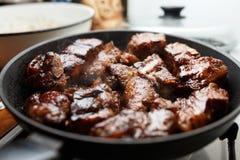 Πλευρά χοιρινού κρέατος που τηγανίζονται σε ένα τηγάνι Στοκ εικόνα με δικαίωμα ελεύθερης χρήσης