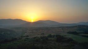 Πλευρά χωρών της Κροατίας στο ηλιοβασίλεμα με το τοπίο βουνών κοντά στην άποψη κηφήνων Plitvice Στοκ φωτογραφία με δικαίωμα ελεύθερης χρήσης