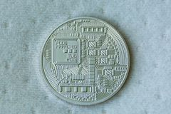 Πλευρά Revers του νομίσματος μετάλλων bitcoin στο μπλε υπόβαθρο ινών Στοκ εικόνα με δικαίωμα ελεύθερης χρήσης