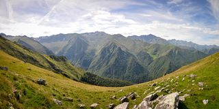 Πλευρές του βουνού κατά τη διάρκεια της πεζοπορίας στα Πυρηναία στοκ εικόνες