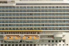 Πλευρική άποψη ενός μεγάλου κρουαζιερόπλοιου στη Βαρκελώνη Στοκ Εικόνες