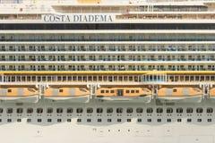 Πλευρική άποψη του κρουαζιερόπλοιου diadema πλευρών στη Βαρκελώνη Στοκ εικόνες με δικαίωμα ελεύθερης χρήσης