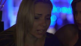 Πληγωμένο θηλυκό που λέει στο καλύτερο φίλο της για την ηλίθια πάλη με το fiancee της απόθεμα βίντεο