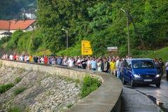 ΠΛΗΘΟΣ: Μουσουλμάνοι σε μια σειρά στην κηδεία Στοκ φωτογραφία με δικαίωμα ελεύθερης χρήσης
