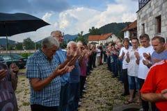 ΠΛΗΘΟΣ: Μουσουλμάνοι σε μια σειρά στην προσευχή Στοκ φωτογραφία με δικαίωμα ελεύθερης χρήσης
