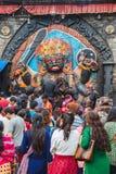 Πληθυσμοί του Νεπάλ που προσεύχονται με το Θεό Kaal Bhairav στην πλατεία Basantapur Durbar στοκ φωτογραφία με δικαίωμα ελεύθερης χρήσης