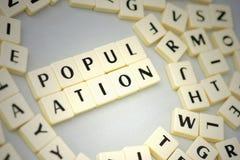 πληθυσμός κειμένων στο γκρίζο υπόβαθρο κοντά στις επιστολές στοκ φωτογραφία