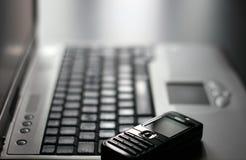 Πληκτρολόγιο και κινητό τηλέφωνο στοκ εικόνες