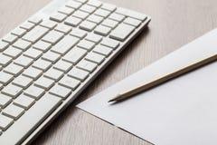 Πληκτρολόγιο και μολύβι υπολογιστών στον πίνακα Στοκ Εικόνες