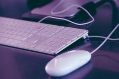 Πληκτρολόγιο και ποντίκι υπολογιστών στο τονισμένο γραφείο υπόβαθρο Στοκ εικόνες με δικαίωμα ελεύθερης χρήσης