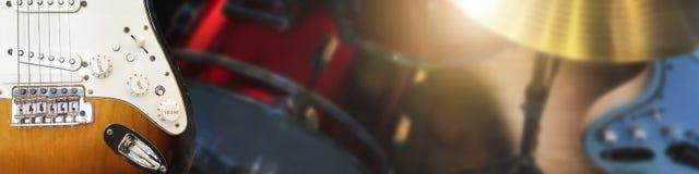 Πληκτρολόγιο πιάνων και μουσικό όργανο κιθάρων στο σκηνικό υπόβαθρο Στοκ Εικόνα