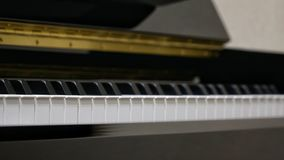 Πληκτρολόγιο πιάνων με τον πυροβολισμό κινηματογραφήσεων σε πρώτο πλάνο Στοκ εικόνα με δικαίωμα ελεύθερης χρήσης