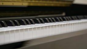 Πληκτρολόγιο πιάνων με τον πυροβολισμό κινηματογραφήσεων σε πρώτο πλάνο Στοκ Φωτογραφίες