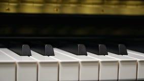 Πληκτρολόγιο πιάνων με τον πυροβολισμό κινηματογραφήσεων σε πρώτο πλάνο Στοκ Φωτογραφία