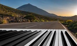 Πληκτρολόγιο πιάνων που χρωματίζεται σε έναν δρόμο ασφάλτου στοκ εικόνες